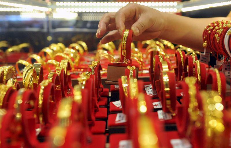 Золотые браслеты в ювелирном магазине в китайском городе Линьань